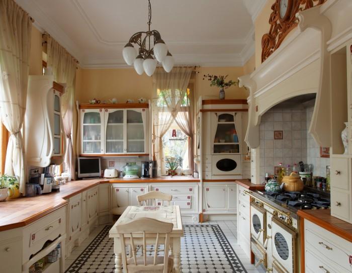 Дизайн кухни два окна 41