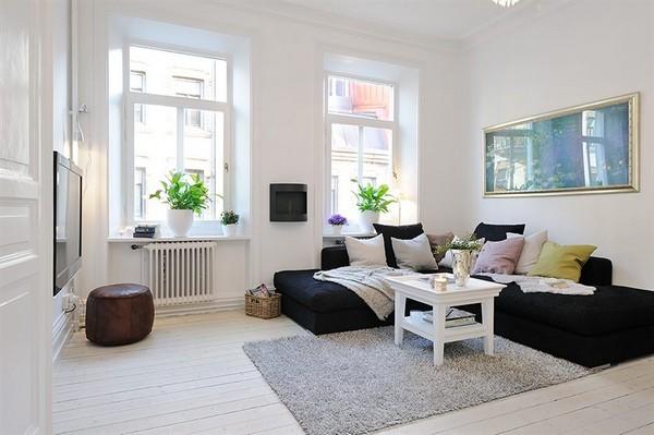 Дизайн гостиной с двумя окнами на одной стороне