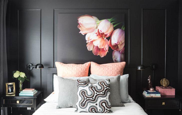 Стильная женская спальня в черном
