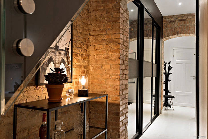 Белая квартира в два уровня с кирпичной стеной (115 кв. м)
