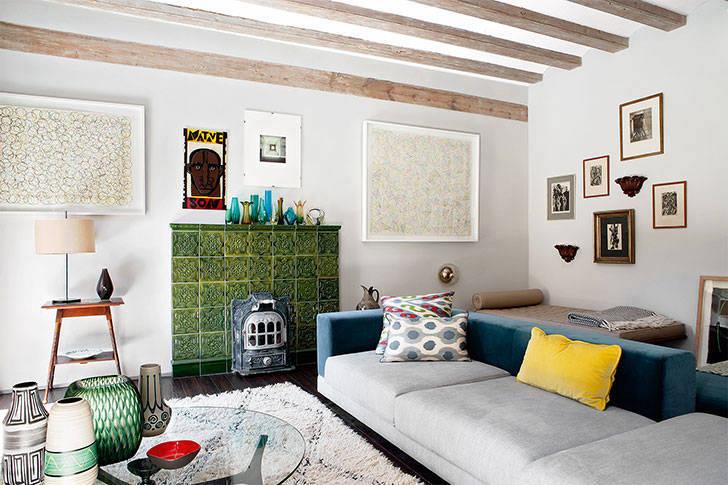 Веселый интерьер квартиры с балками в Барселоне