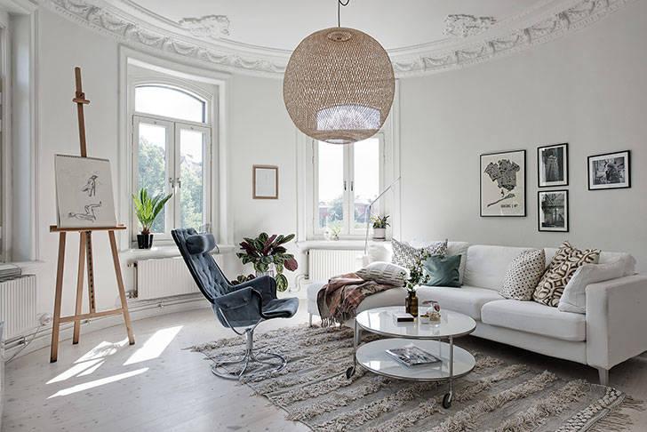 Потолки с лепниной и современная мебель: интересная квартира в Швеции