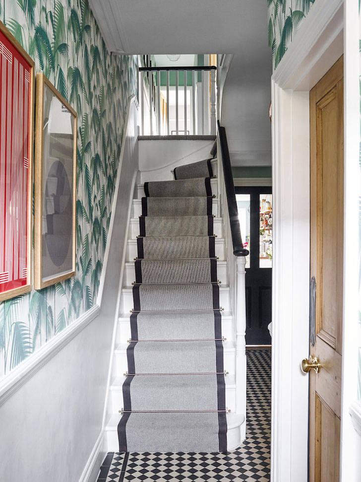 Лондонский дом с яркими обоями и красочными предметами декора
