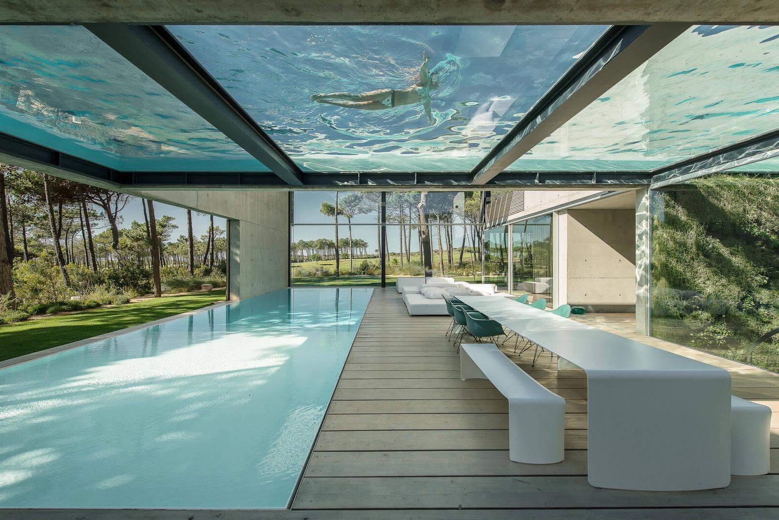 Стеклянный бассейн на вилле в Португалии
