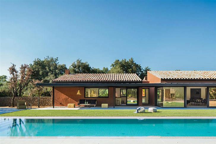 Современный дом с теплыми интерьерами в Испании