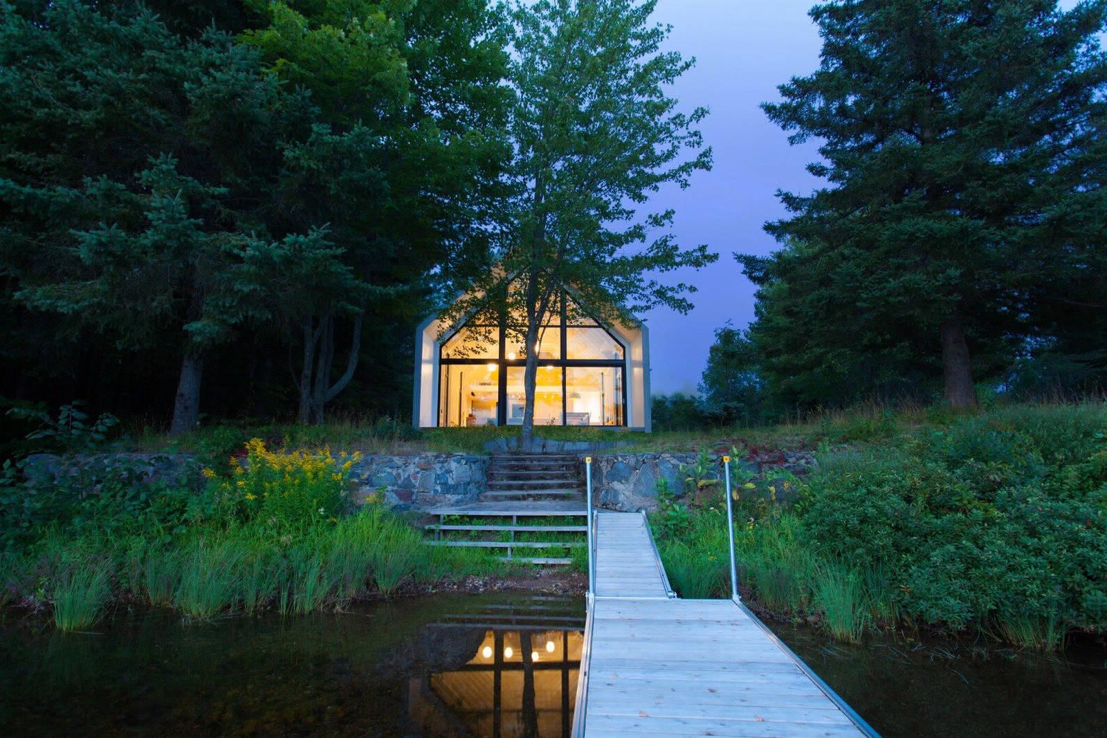 Семейный коттедж с панорамным окном на озеро в Канаде