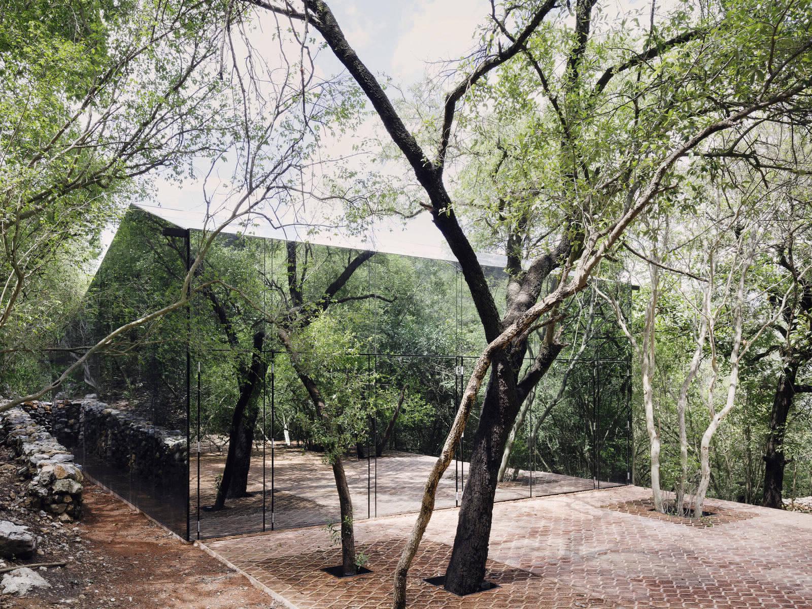 Зеркальный дом в мексиканских лесных зарослях