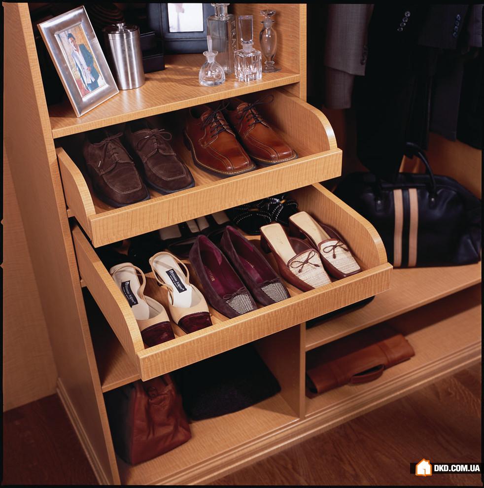 Полки под обувь в шкафу приветливая прихожая.